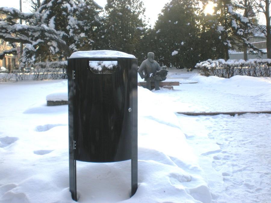 La fotografia mostra un cestino portarifiuti solo da 60 litri in una strada cittadina.