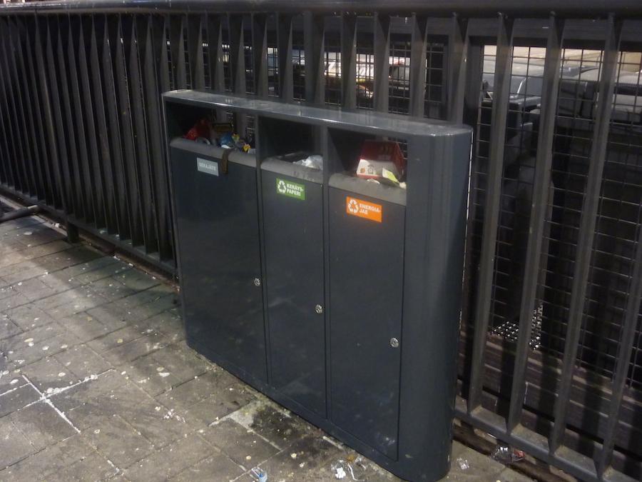La fotografia mostra un cestino portarifiuti per differenziate look@3, installato all'interno di una stazione ferroviaria.