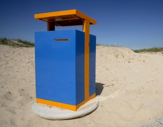 La fotografia mostra un cestino portarifiuti vandal da 200 litri in una spiaggia libera.