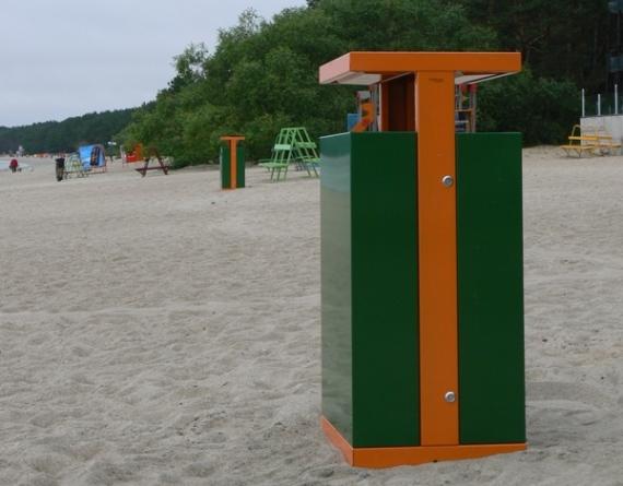 La fotografia mostra un cestino portarifiuti vandal da 200 litri, in un tratto di spiaggia libera.