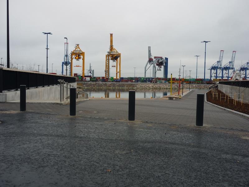 La fotografia mostra una fila di dissuasori piir, all'ingresso di un'area portuale.