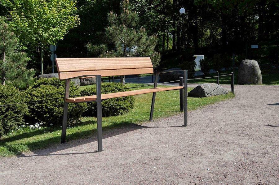 La fotografia mostra una panchina della serie linn in un parco cittadino.