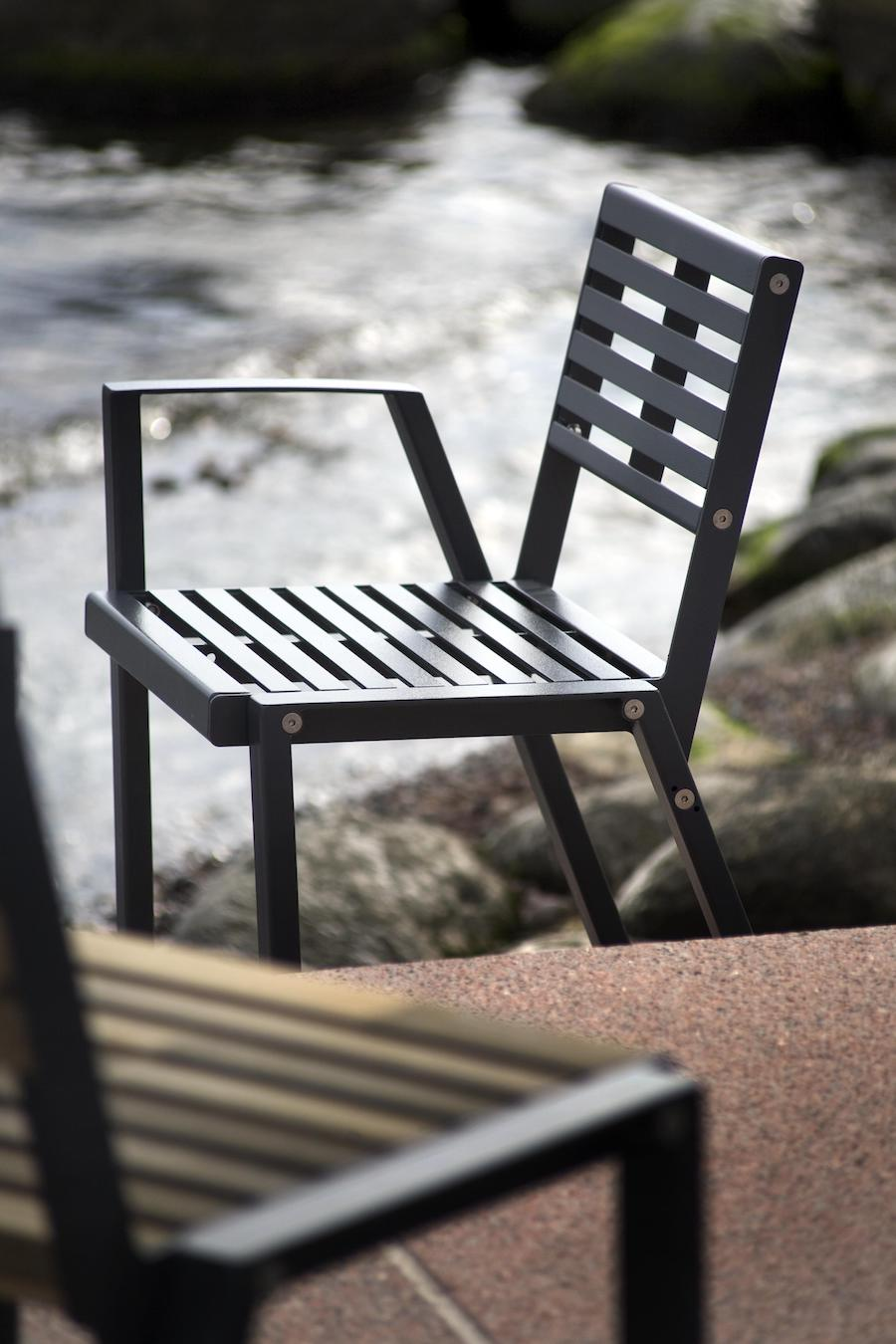 La fotografia mostra una sedia per esterni della serie klaar in acciaio su una terrazza sul mare.