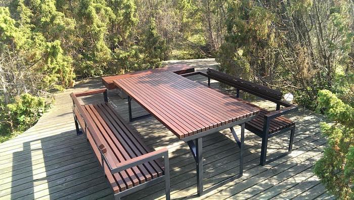 La fotografia mostra un set da picnic della serie club in un parco cittadino.